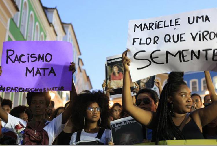 Manifestantes no Centro Histórico de Salvador. Atos cobrando justiça ocorreram em várias cidades - Foto: Mila Cordeiro l Ag. A TARDE