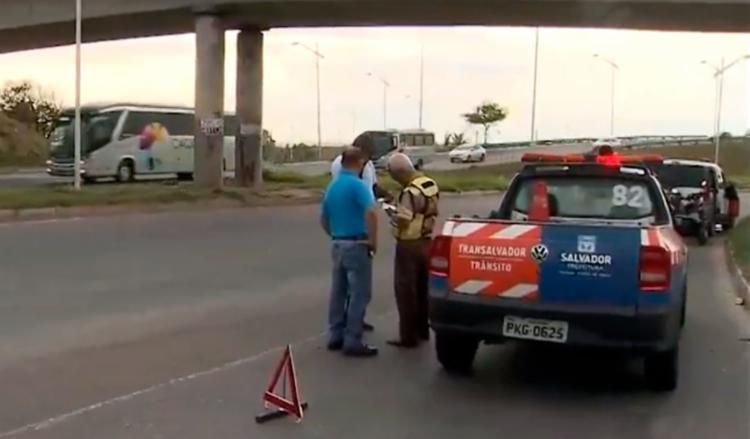 Viatura da Transalvador está no local enquanto aguarda remoção do corpo - Foto: Reprodução | TV Bahia