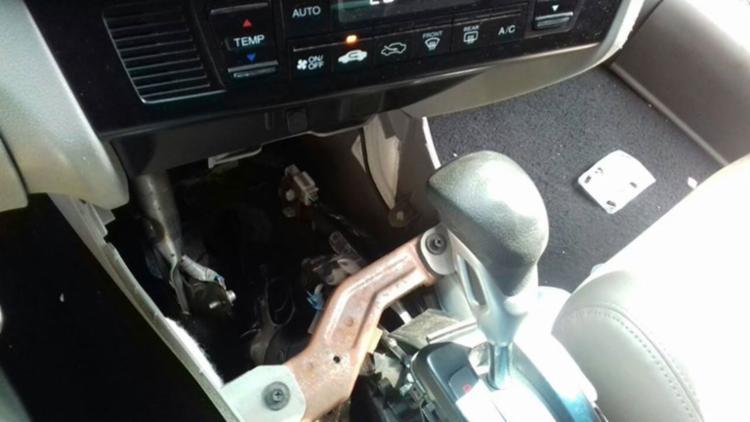 Arma estava em compartimento ao alcance dos dois suspeitos - Foto: Divulgação   PRF