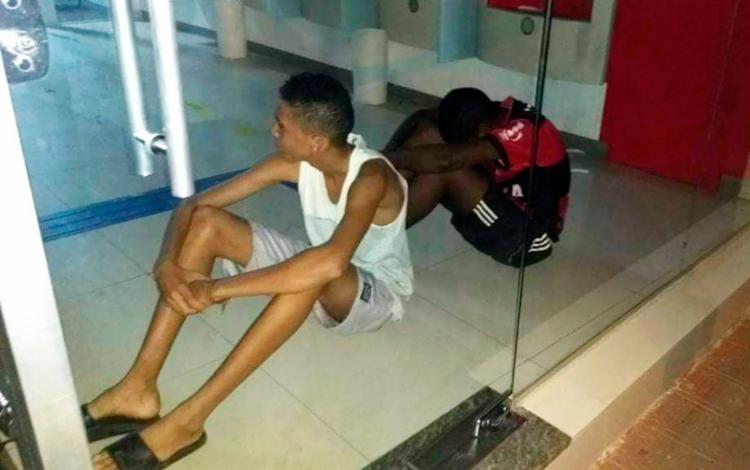 Jovens ficaram presos por cerca de 2 horas no interior da agência - Foto: Caetano Augusto | Sertão em Dia