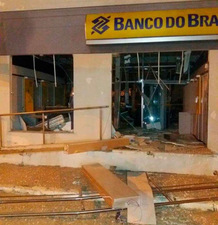 Fachada do banco ficou destruída