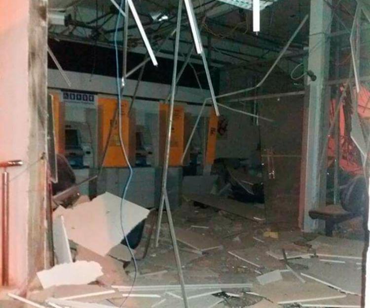 Parte do teto, móveis e caixas eletrônicos foram danificados