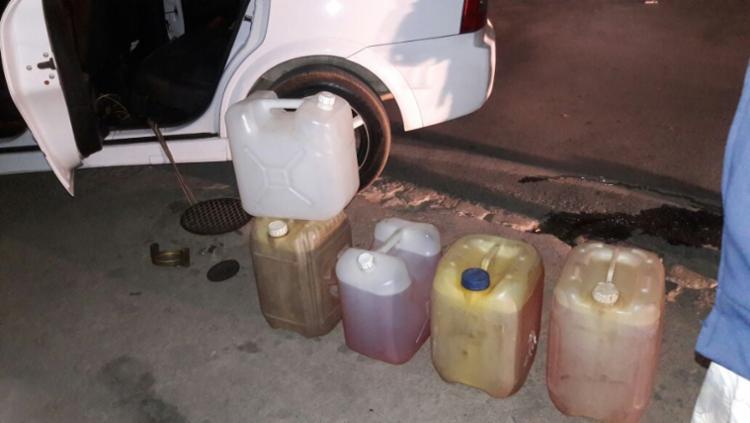 Suspeito já tinha enchido quatro galões com o combustível