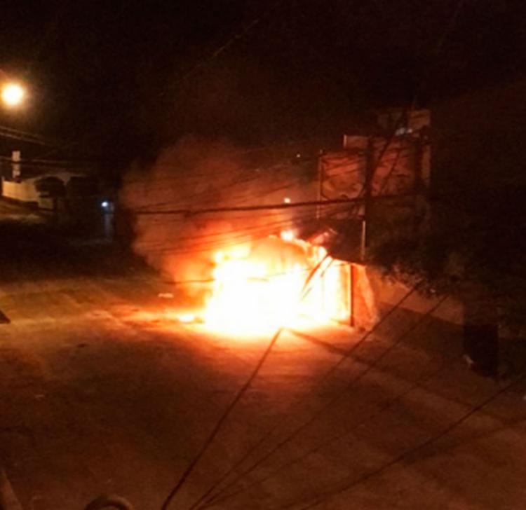 Grupo ateou fogo na frente do quartel militar impossibilitando a saída dos policiais
