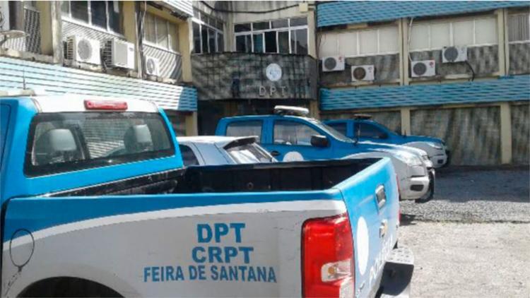 Corpo da vítima foi levado para o DPT de Feira de Santana - Foto: Aldo Matos | Reprodução | Acorda Cidade