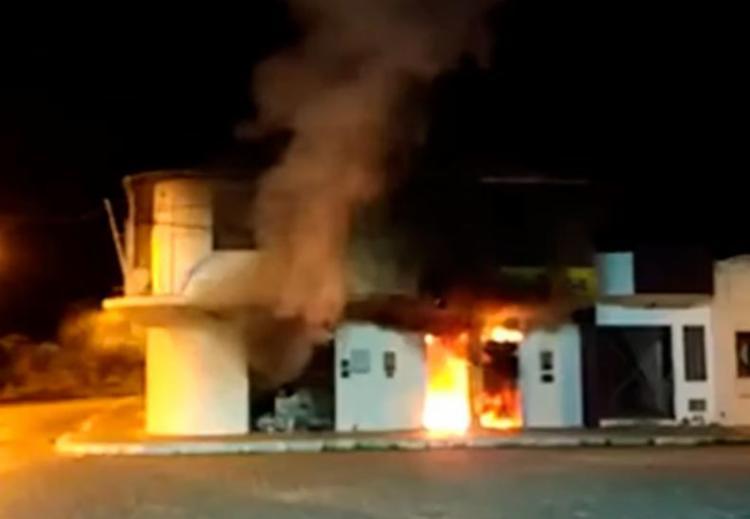Agência ficou completamente destruída por conta do incêndio - Foto: Reprodução | YouTube