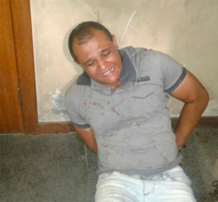 Suspeito foi preso com a arma usada no crime - Foto: Aldo Matos | Reprodução | Acorda Cidade