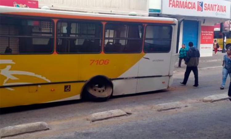 Não há informações se tinha passageiros dentro do coletivo - Foto: Reprodução   Blog da Resenha Geral