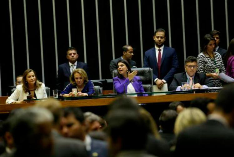 Mariana Carvalho presidiu sessão que vota projetos de lei considerados prioritários pela bancada femina - Foto: Wilson Dias | Agência Brasil