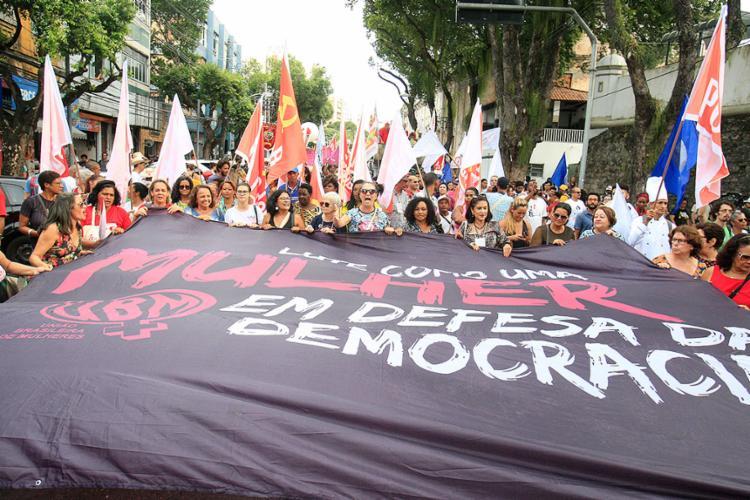 Caminhada foi marcada por diversidade e ativismo político - Foto: Mila Cordeiro l Ag. A TARDE