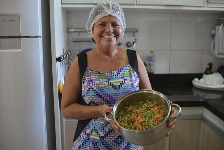 A evangélica Jusenil Santana com a panela de caruru - Foto: Shirley Stolze l Ag. A TARDE