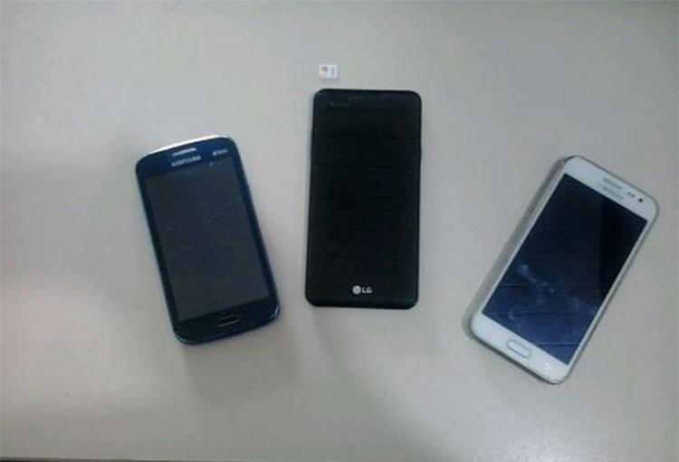 Policiais apreenderam três celulares roubados nas mãos do receptador - Foto: Divulgação l Polícia Civil