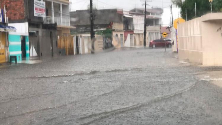 Água acumulada cobriu parte das ruas do município, dificultando o tráfego de veículos - Foto: Reprodução | Blog do Valente