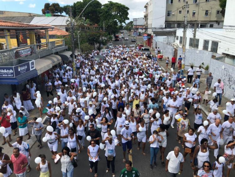 Vestidos de roupas brancas, centenas de fiéis compareceram ao ato - Foto: Margarida Neide l Ag. A TARDE