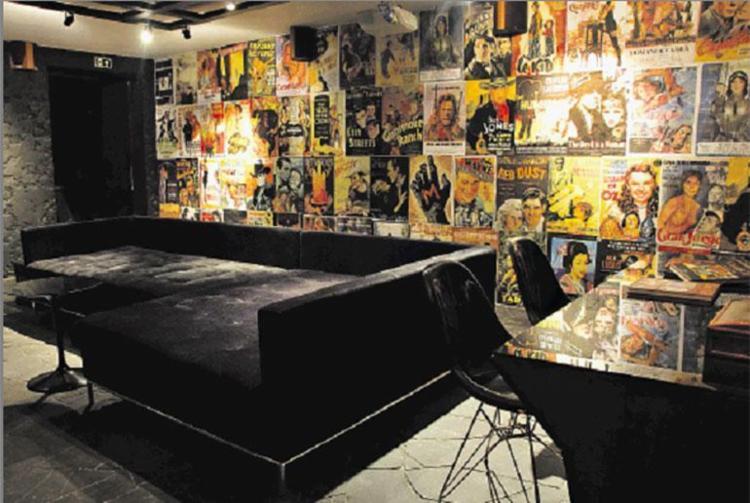 As arquitetas Anne Bomm e Marília Warken projetaram este home theater explorando cartazes de filmes - Foto: Edu Defferrari   Divulgação
