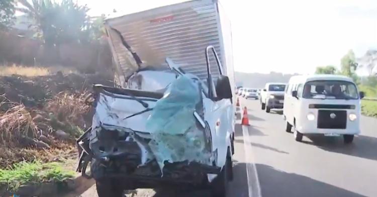 Houve uma colisão traseira e um dos veículos saiu da pista - Foto: Reprodução | TV Bahia