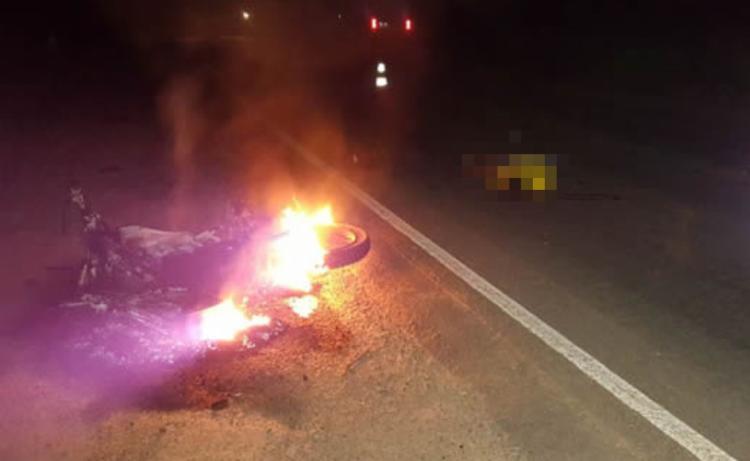 Motocicleta explodiu após colisão com caminhão - Foto: Reprodução   Teixeira News