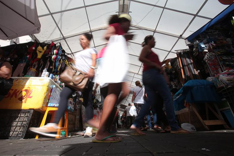 Ensinamento das ruas vem de quem monta barraca ou vende de porta em porta - Foto: Alessandra Lori l Ag. A TARDE