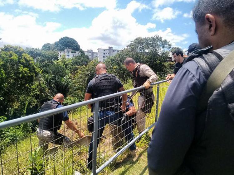 Corpo de Tailan foi encontrado numa mata atrás do condomínio Residencial Colina Solar - Foto: Euzeni Daltro l Ag. A TARDE