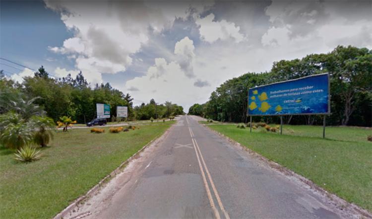Carro foi encontrado em chamas na Estrada do Cetrel - Foto: Reprodução | Google Street View