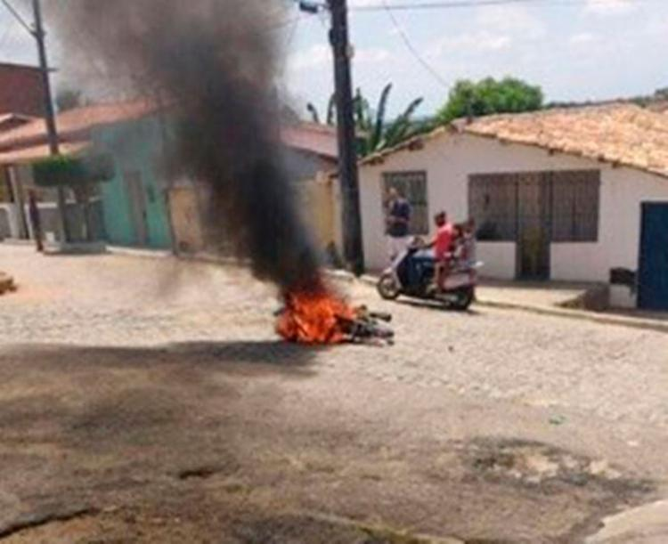 A moto do suspeito foi queimada pelos moradores - Foto: Reprodução | Central de Polícia