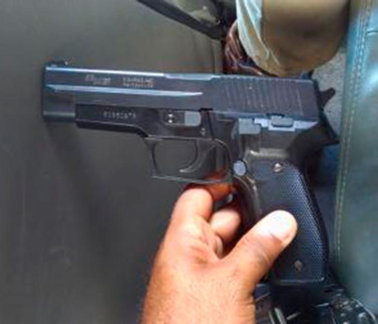 Um simulacro de arma de fogo foi encontrado com o jovem - Foto: Divulgação | PM-BA