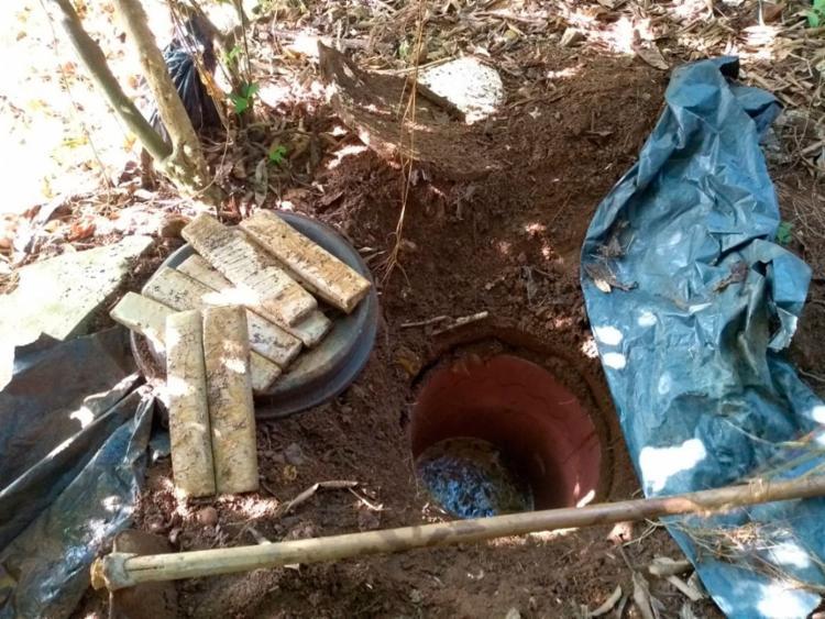 PMs escavaram e encontraram oito tabletes de maconha prensada - Foto: Divulgação | SSP-BA