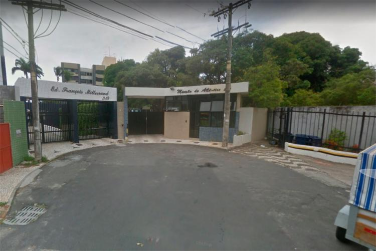 O motorista do carro jogou o veículo contra o portão da Mansão do Atlântico - Foto: Reprodução | Google Maps