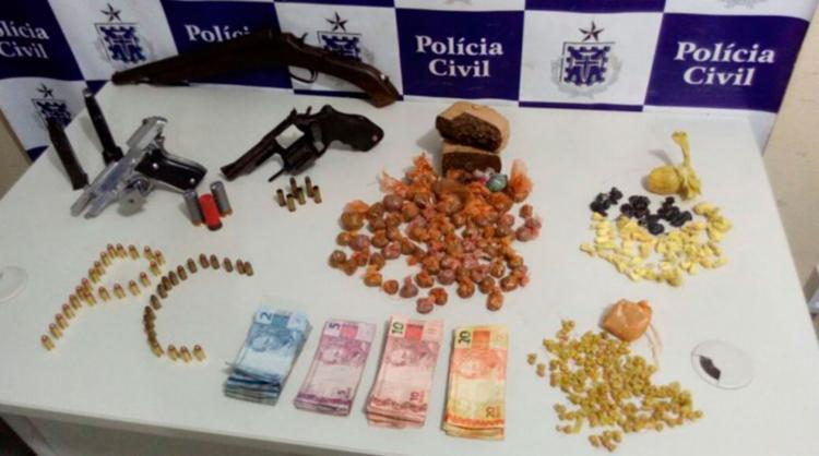 Foram apreendidos dinheiro, armas e drogas - Foto: Reprodução | Nas Malhas da Lei