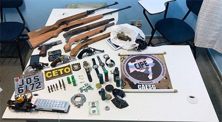 Foram apreendidas quatro espingardas, três revólveres e um fuzil - Foto: Reprodução | L12 Sudoeste