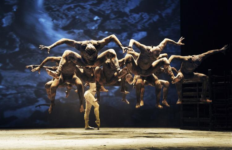 Pela primeira vez a coreógrafa Deborah Colker utiliza recursos audiovisuais em imagens que interagem com os 13 bailarinos - Foto: CAFI l Divulgação