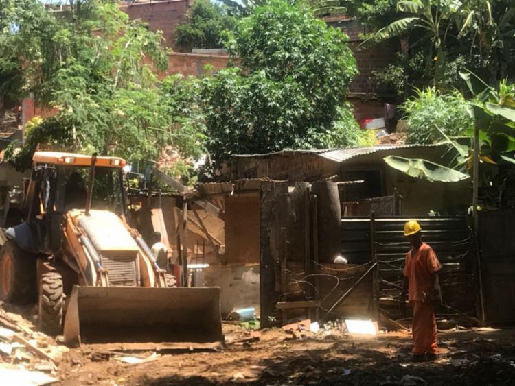 Operários demoliram cinco imóveis localizados no entorno do prédio que desabou - Foto: Margarida Neide | Ag. A TARDE