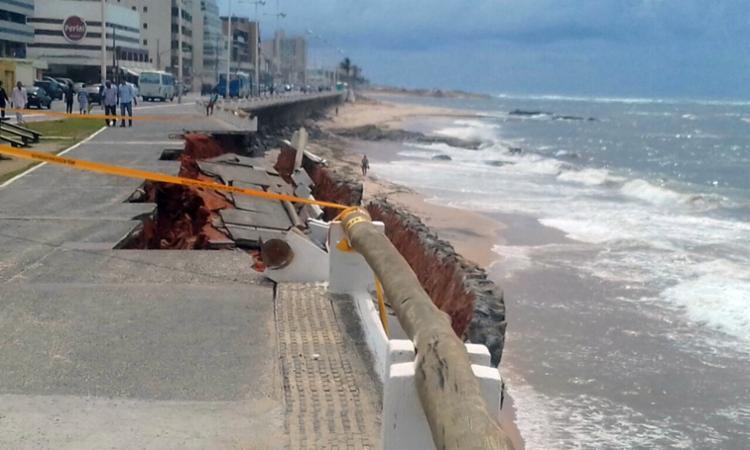 Trecho da orla na Pituba desabou na manhã desta terça, 27 - Foto: Chico Castro | Ag. A TARDE