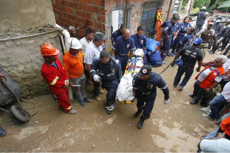 Bombeiros retiram corpos dos escombros após desabamento de prédio - Foto: Luciano da Matta | Ag. A TARDE