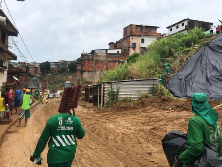Barro está espalhado na rua Angélica Rocha - Foto: Margarida Neide | Ag. A TARDE