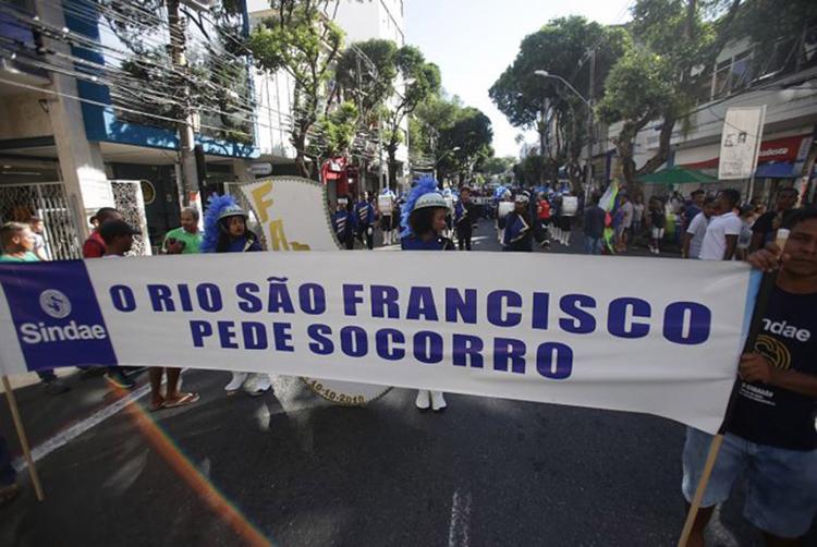 Mobilização ocorrida ontem foi organizada pelo Sindicato dos Trabalhadores de Água e Esgoto do Estado da Bahia - Foto: Alessandra Lori l Ag. A TARDE