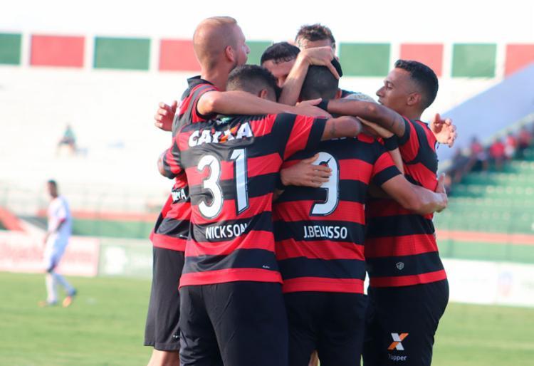 Jogadores do Vitória comemoram gol no primeiro tempo