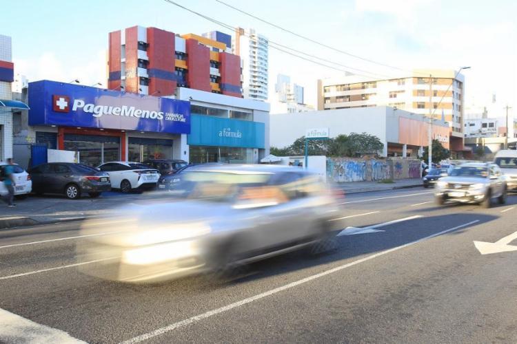 Nos 2,5 Km da Av. Manoel Dias, na Pituba, 17 farmácias disputam clientes - Foto: Alessandra Lori / Ag. A TARDE