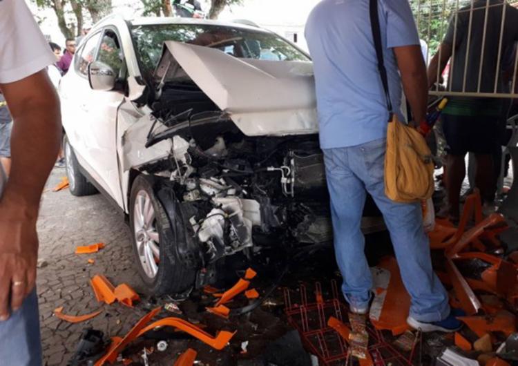A frente do veículo ficou completamente destruída com o acidente - Foto: Reprodução | Acorda Cidade