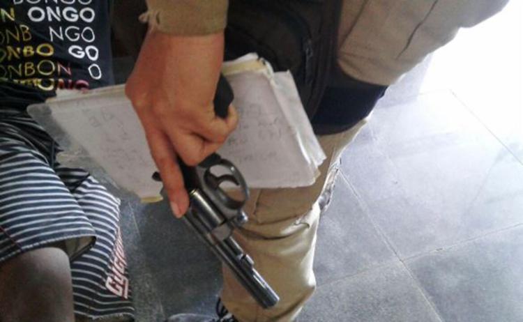 Policiais capturaram suspeitos após criarem um cerco em volta deles durante a troca de tiros - Foto: Reprodução   Acorda Cidade