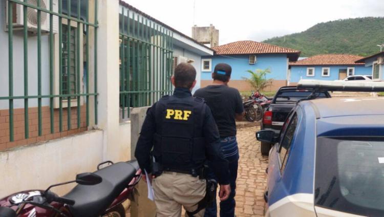 O suspeito foi detido e encaminhado para a delegacia de Barreiras. - Foto: Reprodução | PRF
