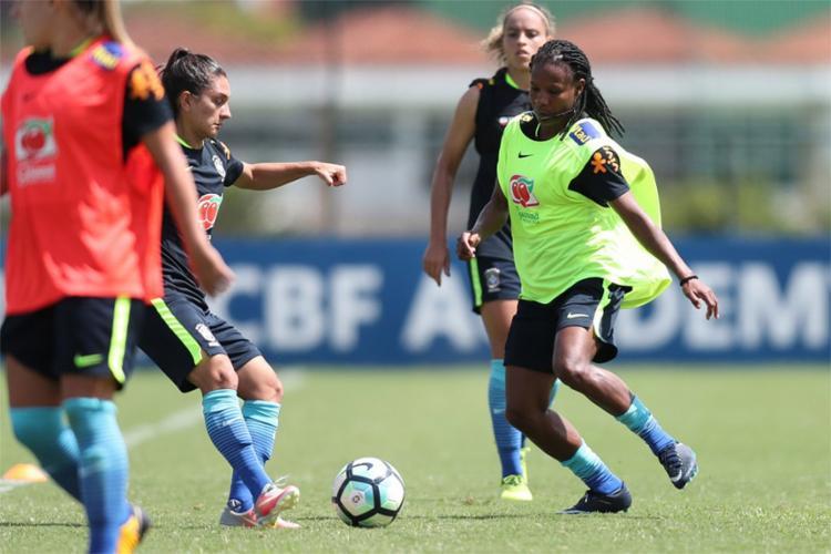 A experiente jogadora baiana (à dir.) retornou à equipe a pedido do técnico Vadão - Foto: Lucas Figueiredo l CBF