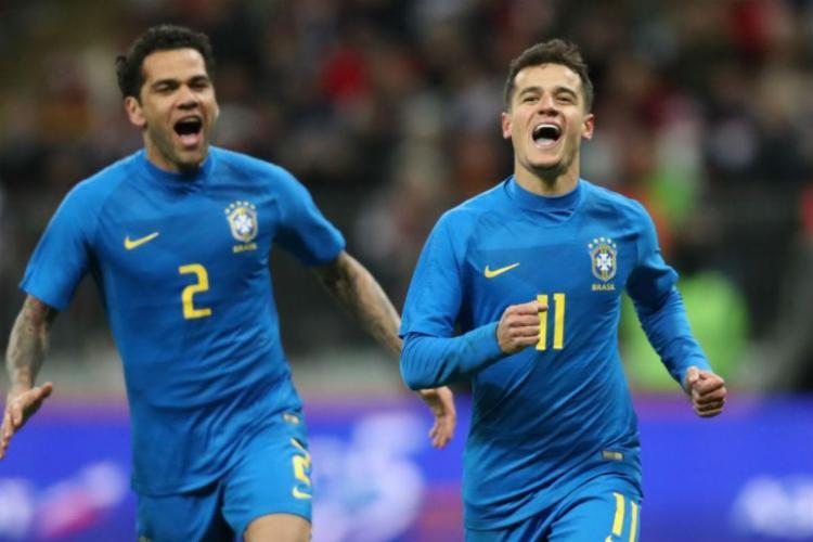 Philippe Coutinho comemora com Daniel Alves após marcar o segundo gol da partida - Foto: Lucas Figueiredo | CBF