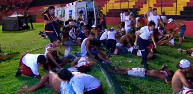 Alguns torcedores machucados foram atendidos no campo - Foto: Reprodução | Youtube
