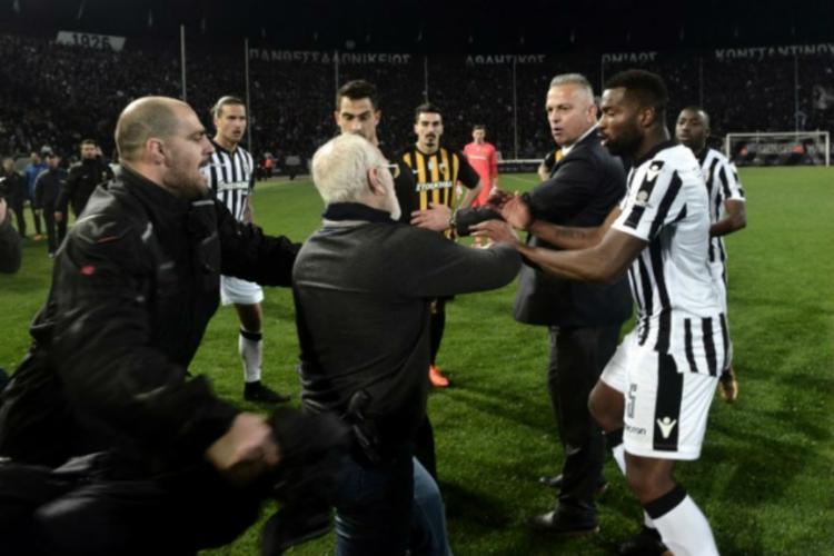 Presidente do PAOK, Iván Savvidis, invadiu o campo com uma arma na cintura - Foto: Stringer | AFP