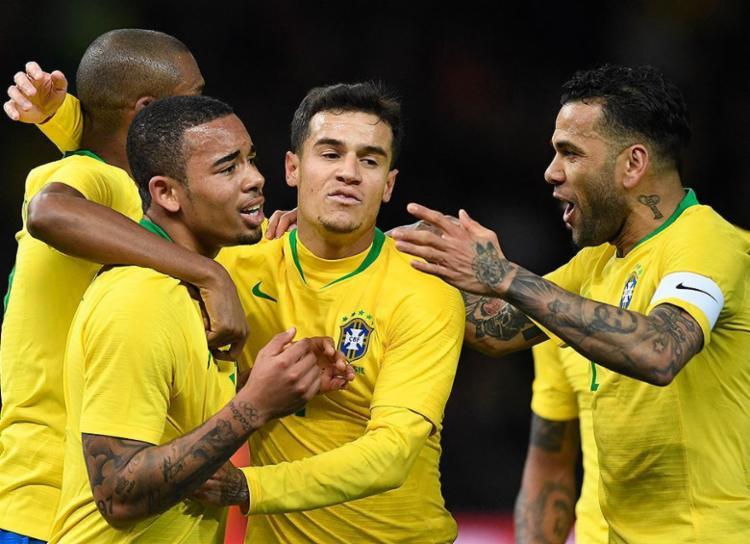 Jogadores da seleção comemoram com Gabriel Jesus, autor do gol - Foto: Robert Michael l AFP