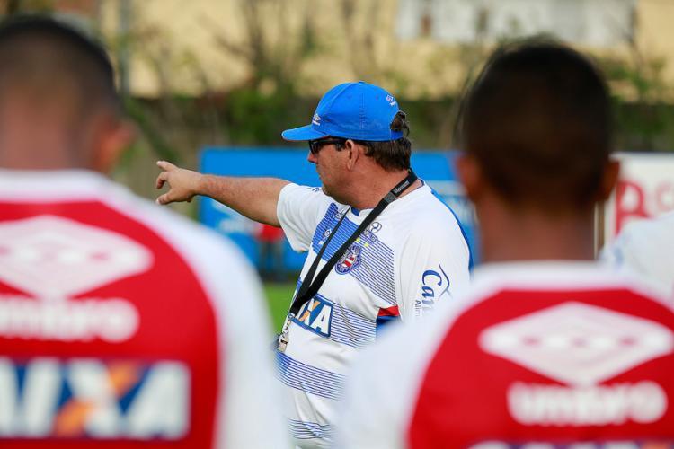 Treinador orienta jogadores durante atividade no Fazendão - Foto: Felipe Oliveira l EC Bahia