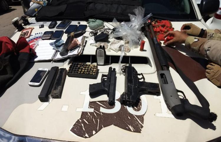 Uma submetralhadora 9 milímetros, pistola, espingarda, munições e drogas foram encontradas no local - Foto: Divulgação | SSP