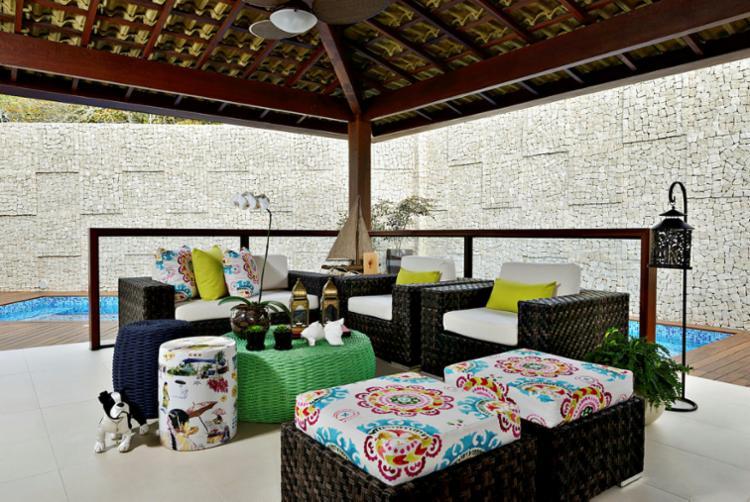 Marcos Rolim opta por móveis de vime e tecidos coloridos - Foto: Marcelo Negromonte | Divulgação