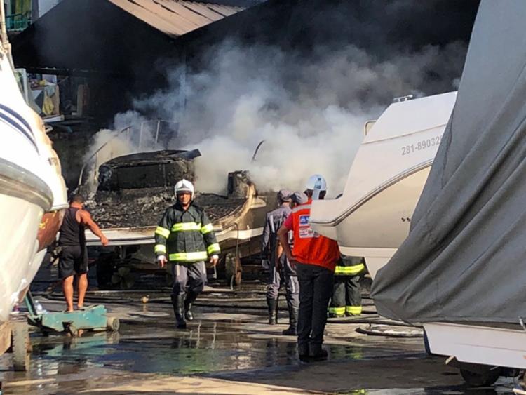 Bombeiros foram mobilizados para debelar as chamas na marina - Foto: Mila Cordeiro | Ag. A TARDE